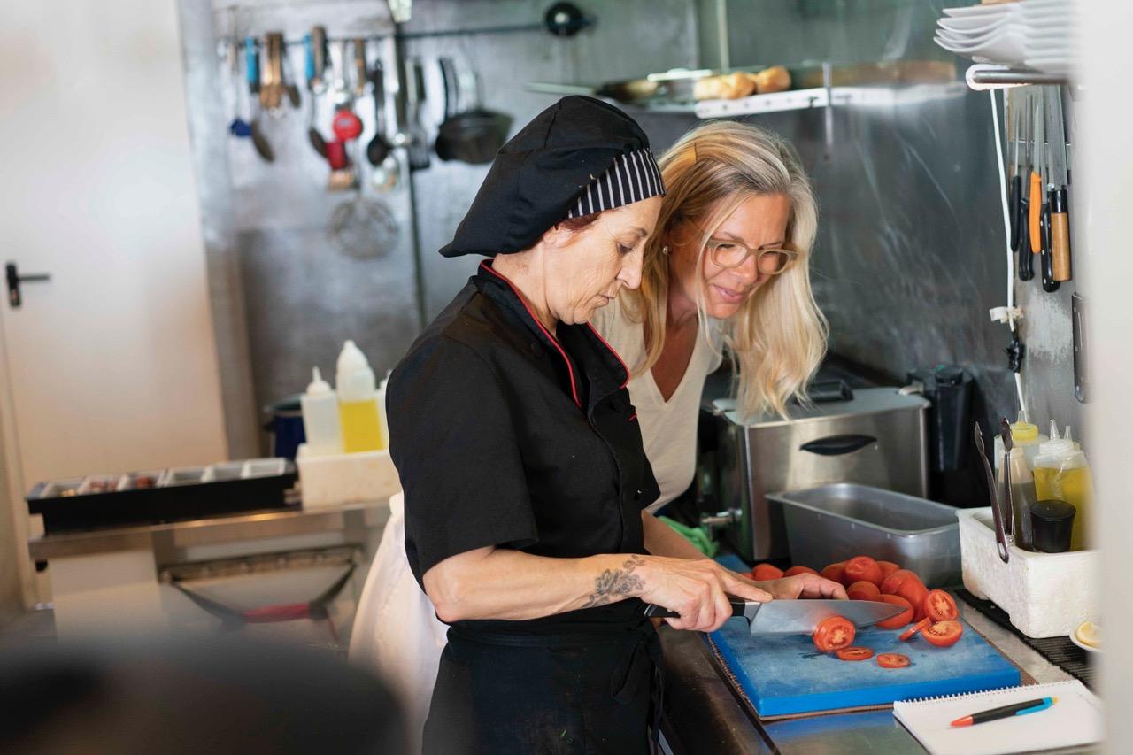 Kerstin Honrath, Honrath House Hunters, mit Köchin Ines in der Küche vom ProSeCco Credit: Daniel Koke Fotografie
